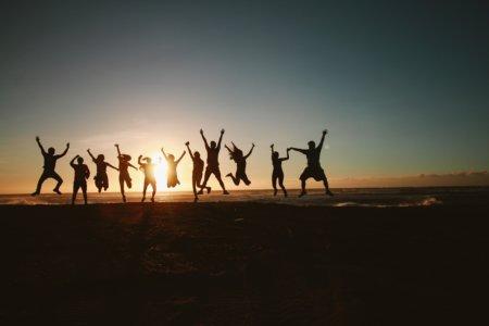 glade mennesker i en solopgang