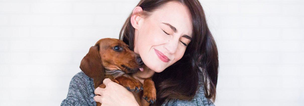 Brunette med hund