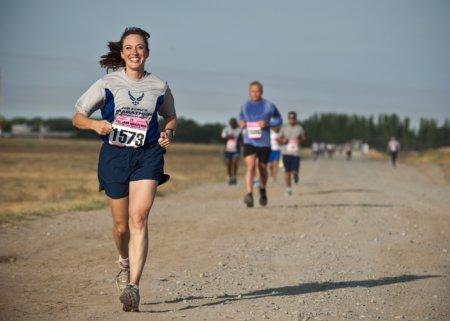 Løberer på grus vej