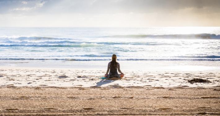 the-real-cbd-blog-kan-cbd-olie-hjælpe-fibromyalgi-patienter-yoga-på-stranden
